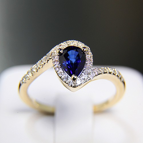 Gold ring with Pear cut Sapphire and Diamonds i782SfPaDi