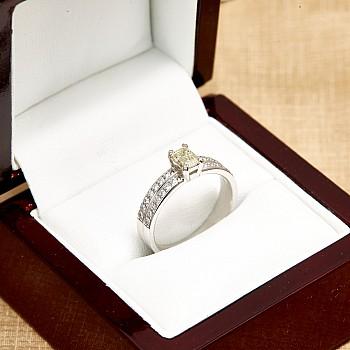 Inel de logodna i122376DiemDi din Aur cu Diamant Central Emerald certificat GIA