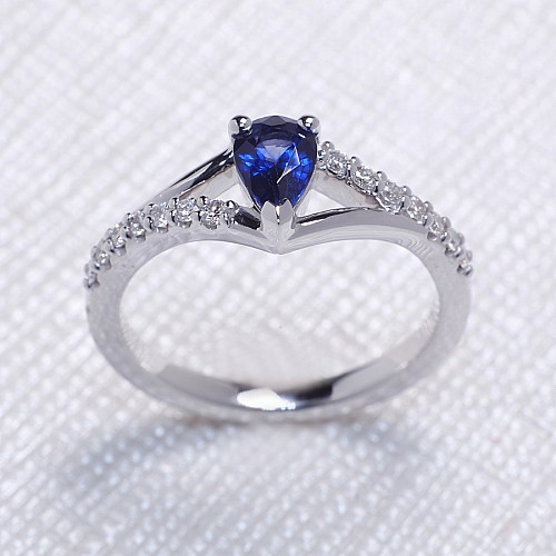 Gold ring with Pear cut Sapphire and Diamonds i533SfPaDi