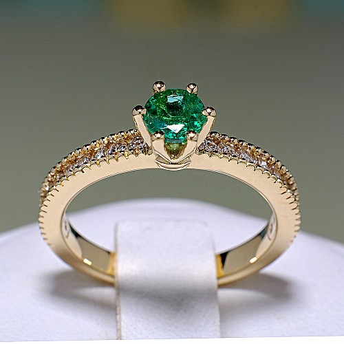 Gold ring with Emerald and Diamonds i539smDi