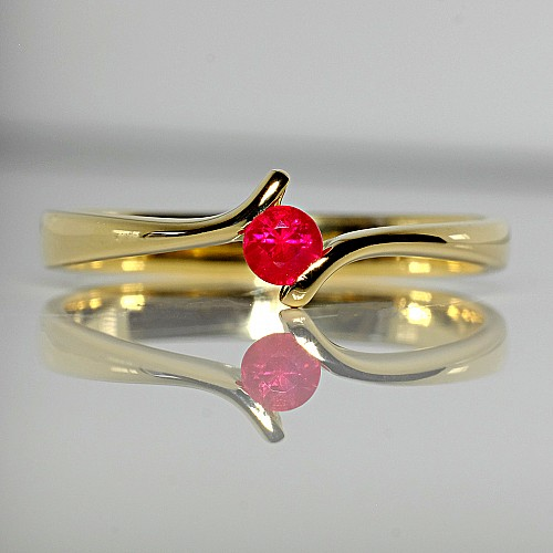 Gold ring with Ruby i060Rb