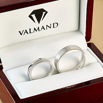 Classic Gold or Platinum wedding rings with Diamonds v0801